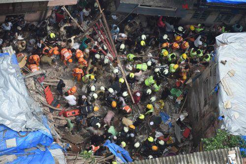 Rettungskräfte versuchen Verletzte aus dem eingestürzten Gebäude zu bergen. AFP