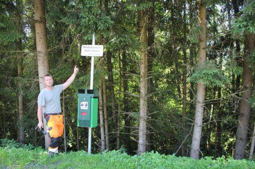 Richard Rauter vor dem Waldstück im Thomasweg, in welchem regelmäßig Grün-, Rest und sogar Sperrmüll entsorgt wird. vn/JLo