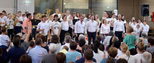 Riesenapplaus für Schüler und Lehrer der Musikschule Bregenzerwald beim Konzert in der Werkhalle der Zimmerei Kaufmann. me