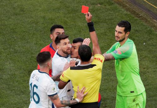 Rote Karte, Tumulte auf dem Spielfeld und Lionel Messi mittendrin. Argentiniens Kapitän sprach danach von Korruption.reuters
