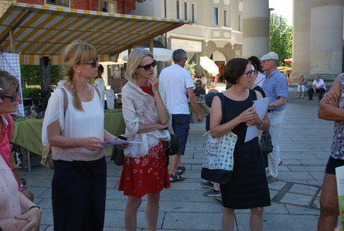 Saskia Reinhard führte die Teilnehmer über den Dornbirner Marktplatz und erzählte über Franz Michael Felder. erh