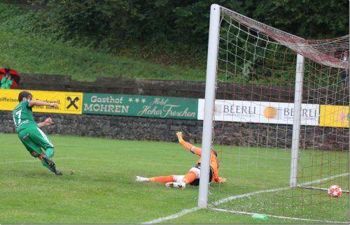 Sebastian Inama sorgte mit diesem Treffer für den 2:1-Sieg der Langenegger. Rankweil-Goalie Markus Breuss ohne Chance.VN