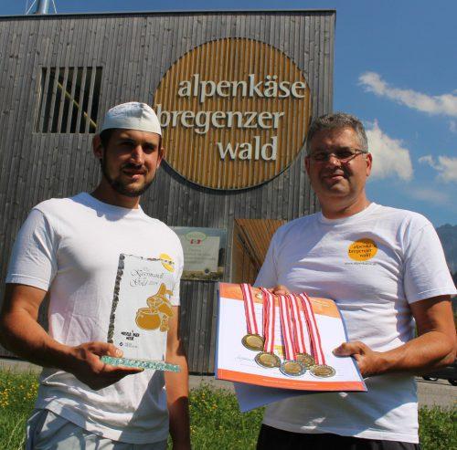 Senn Jakob Sieber und GF Hermann Metzler freuen sich über das Kasermandl, das an Alpenkäse Bregenzerwald ging. STRAUSS