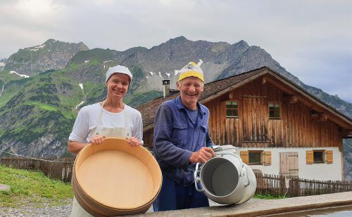 Sennerin Marianne und Alpbesitzer Konrad Burtscher freuen sich auf das gemeinsame Alpfest. KRS