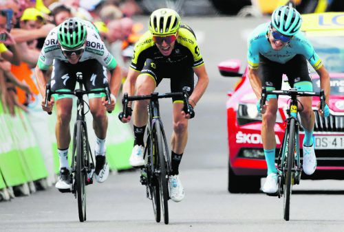 Simon Yates (Mitte) setzte sich auf der 12. Etappe der Tour de France in Bagneres-de-Bigorre vor Pello Bilbao und Gregor Mühlberger (r.) durch.reuters