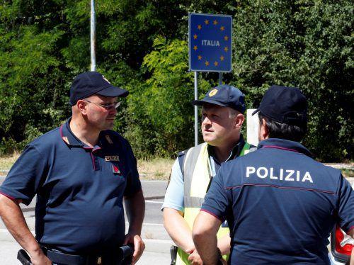 Slowenische und italienische Polizisten patrouillieren bereits gemeinsam. reuters