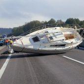 Ein Segelboot auf der Autobahn