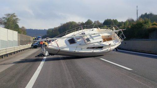 Solch einem ungewöhnlichen und gefährlichen Hindernis mag wohl niemand mit über 100 km/h auf der Autobahn begegnen. Asfinag