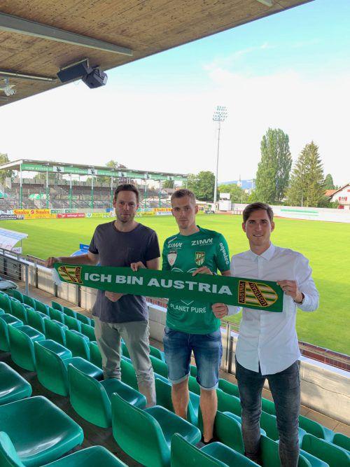 Sportvorstand Valentin Drexel (r.) begrüßte mit Austrias Sportdirektor Christian Werner den neuen Stürmer Patrik Eler.Austria