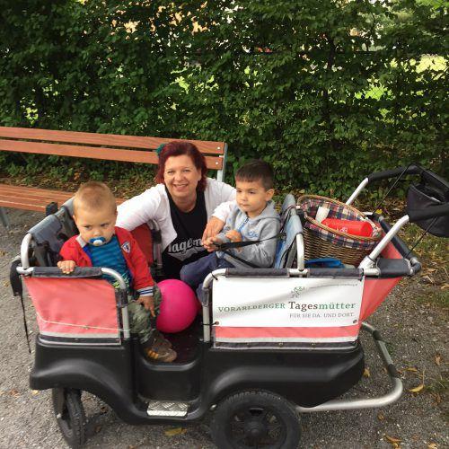 Tagesmutter Conny Kronabitter mit ihren Schützlingen Luka (r.) und Jamaal. Conny geht mit den Tageskindern oft zum Spielplatz.  kum