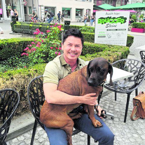 Tierarzt Mario Sadlon (im Bild mit seinem Hund Donna) arbeitet heute als Vertreter. In seiner Freizeit schreibt der Wahlmontafoner Bücher.