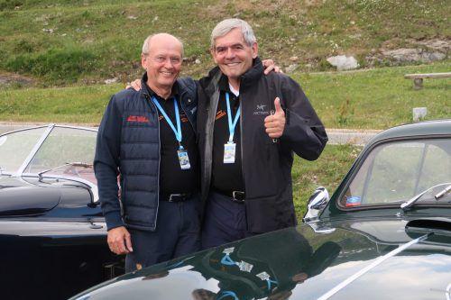 Tini Verharen und Dick Oskam vor ihrem Aston Martin DB2 Vantage.