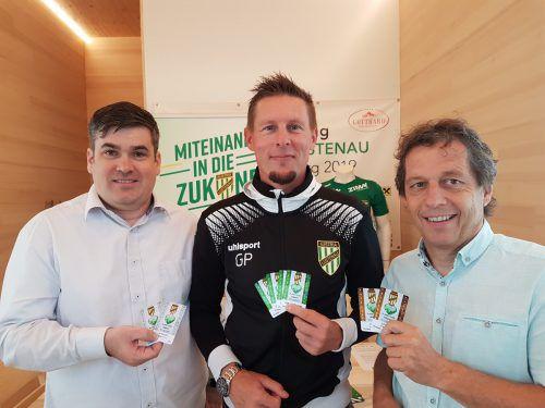Trainer Gernot Plassnegger und Bernd Bösch präsentieren die Karten.verein