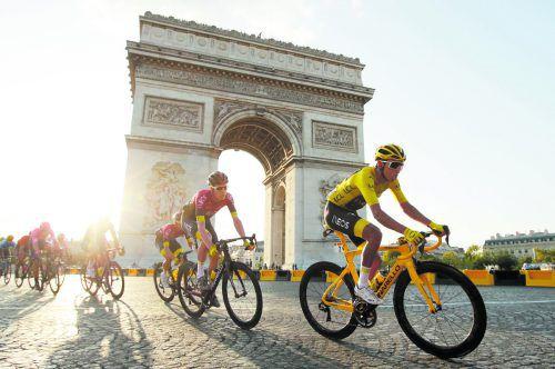Triumphfahrt vorbei am Triumphbogen: Egan Bernal konnte die letzte Etappe mit Ziel in Paris genießen. Reuters