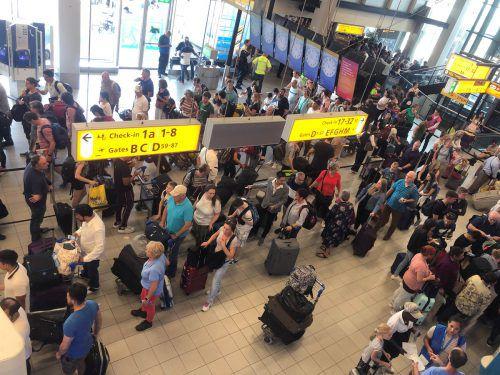 Umbuchungen seien schwierig, da viele Flüge bereits ausgebucht waren. Reuters