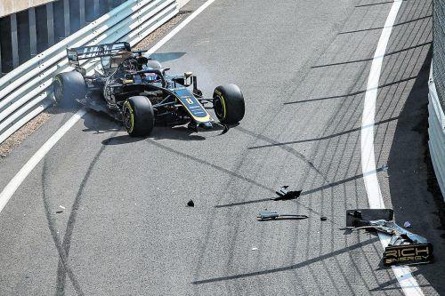 Unfall des Tages in Silverstone: Romain Grosjean crashte im ersten Training mit seinem Haas-Boliden bereits bei der Boxenausfahrt.apa