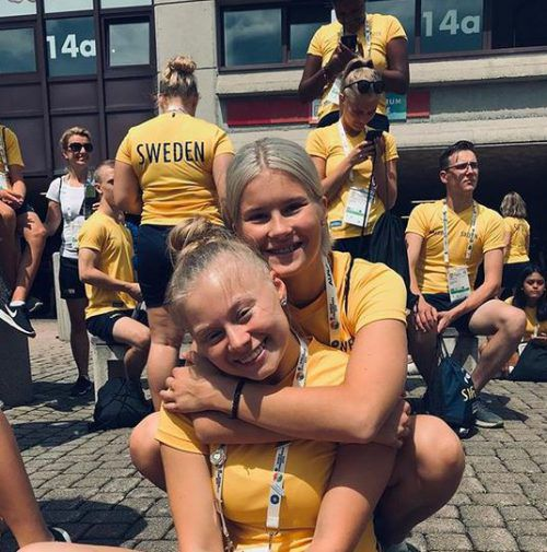 """""""Uns geht es gut hier!"""", schreibt dieses Duo aus Schweden unter dieses Foto, aufgenommen in Dornbirn."""
