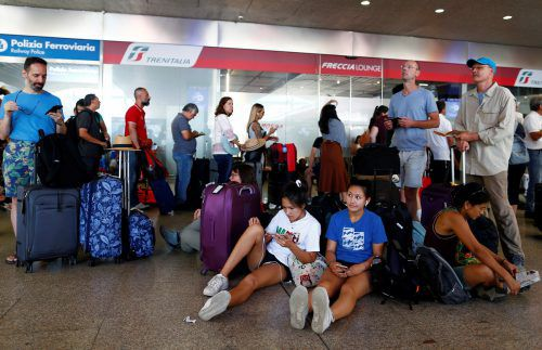 Unzählige Personen warteten in Rom ratlos auf die Abfahrt ihrer Züge. Reuters