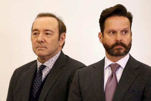 US-Schauspieler Kevin Spacey (l.) mit seinem Anwalt Alan Jackson vor Gericht in Nantucket im US-Bundesstaat Massachusetts. Reuters