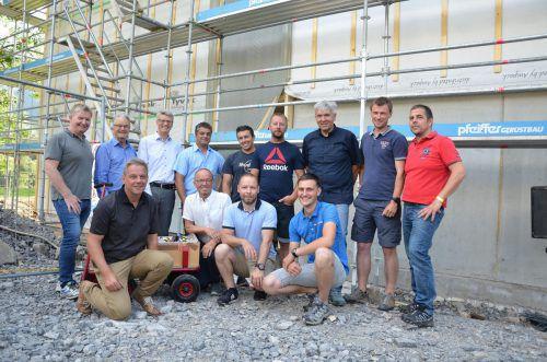Vertreter der ausführenden Betriebe freuen sich über die Firstfeier des Teamhotels Diedamskopf. mam