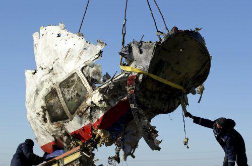Vom Unglücksort der Malaysischen Airline MH17, wo 298 Menschen starben, werden auf dem Archivbild die Flugzeugteile zur weiteren Untersuchung abtransportiert. Reuters