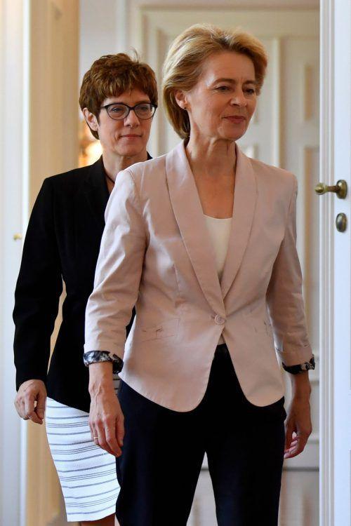 Von der Leyen (r.), im Bild mit Kramp-Karrenbauer, hat jetzt viel zu tun. AFP
