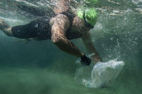 """Vor der Küste Marseilles tauchen Schwimmer im Zuge der """"Grand Defi""""-Aktion herumschwimmendes Plastik heraus. AFP"""
