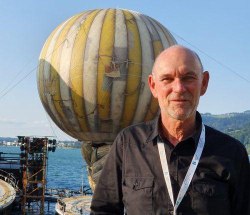 Während der Aufführung hat Eugen Nussbaumer den Ballon genau im Blick. VN/Sorko