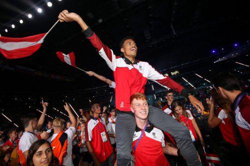 Weitspringer Oluwatosin Ayodeji war Österreichs Fahnenträger bei der Schlusszeremonie, seine österreichischen Kollegen feierten den Vorarlberger nochmals für seine Goldmedaille.gepa