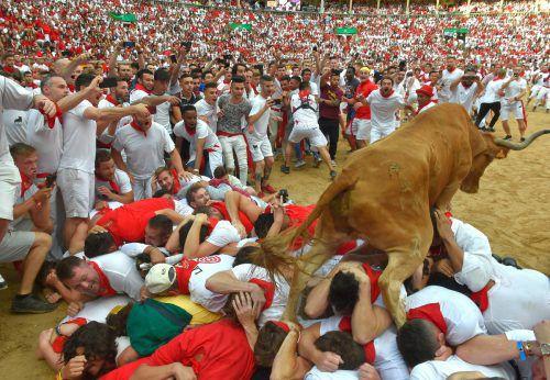 Wenn ein so mächtiger Stier über Menschen rennt, hat das Folgen. afp
