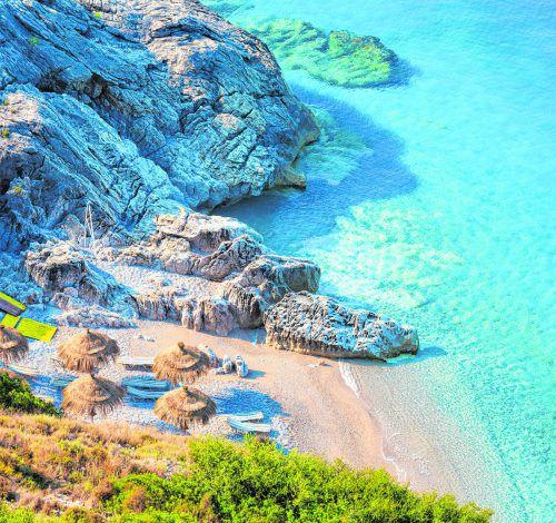 Wer nach Albanien reist, hat die Wahl zwischen eindrucksvollen Bergen, Seen und Urlaub am wunderschönen Sandstrand.