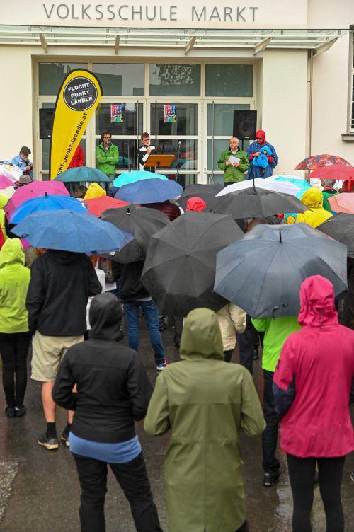 Zahlreiche Engagierte trotzten dem Regenwetter und besuchten die Sonntagsdemonstration in Götzis. VN/Lerch