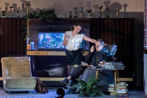"""Zwischen verzweifelter Komik, erotischer Besessenheit und depressivem Zwangsverhalten oszillieren die Loops, die Bernhard Lang für sein Musiktheater """"Der Reigen"""" ersann.vn/stiplovsek"""