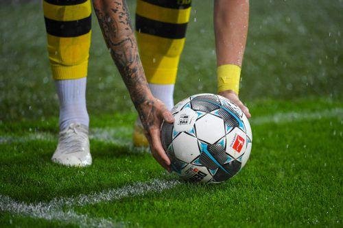 """Abpfiff für BVB-Legende Norbert """"Nobby"""" Dickel (kl. Bild), zumindest vorerst nimmt ihn der Klub aus der Schusslinie.gepa"""