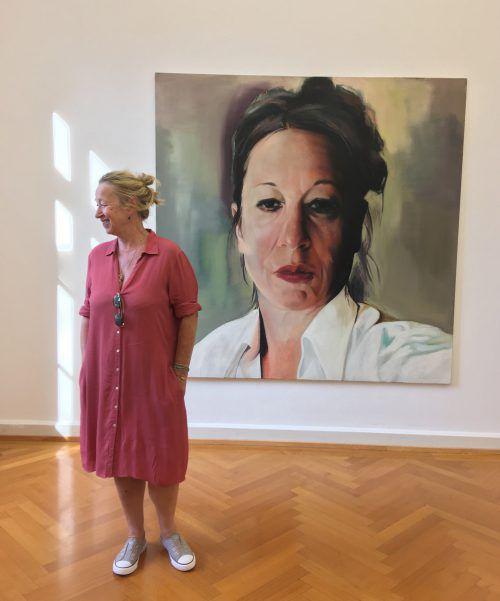 Alexandra Wacker vor einem ihrer Selbstporträts in der Bregenzer Sommerausstellung im Künstlerhaus Palais Thurn und Taxis. Sagmeister, paulitsch