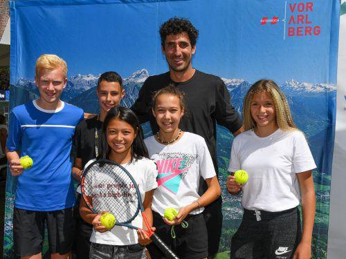 Als Ehrengast bei den European Junior Open in Bludenz erfüllte Philipp Oswald Autogramm- und Fotowünsche und stellte sich den Fragen der jungen Tennisspieler.VN/Lerch