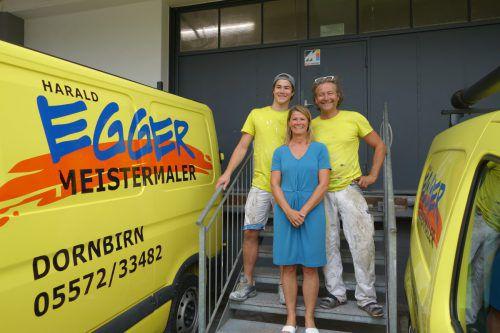 Als Familie seit 20 Jahren auf dem Erfolgsweg: Sabine Egger schupft das Büro, Junior Niklas sowie der Vater und Firmengründer Harald Egger die Baustellen. Fa