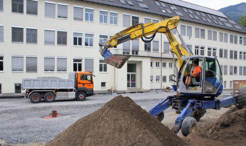 Am Vorplatz der Mittelschule Bludenz sind über den Sommer Baumaschinen im Einsatz. VN/JS