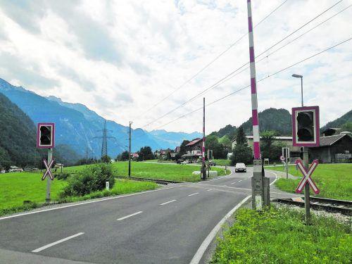 An diesem Bahnübergang im Ortsteil Radin prallte der Rennradfahrer offenbar ungebremst gegen die Schranke. ÖBB