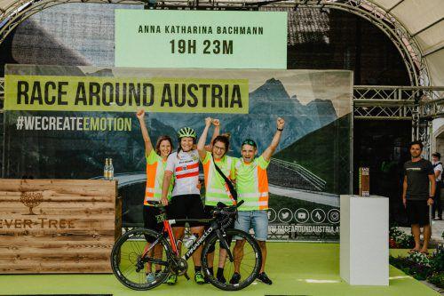 Anna Bachmann und Team nach dem Sieg bei der Race Around Austria Challenge.RAA