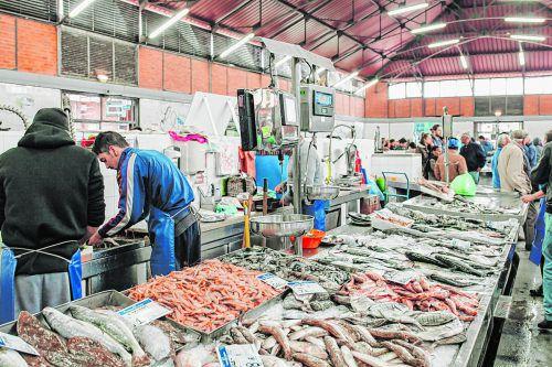 Auf dem Markt werden die Fänge des Tages frisch verkauft.