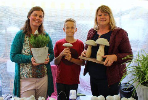 Barbara Vielmetti unterstützte Jan und Mama Martina Moosmann aus Sulzberg beim Verkauf ihrer handgemachten Beton-Deko.bin