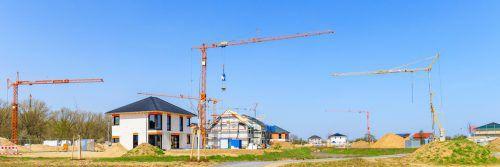 Baukran Bei etlichen Baustellen lässt sich nicht vermeiden, dass der Arm des Baukrans über Nachbars Grundstück schwenkt.Fotos: Shutterstock, Stihl024_pixelio.de