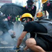 Massenprotest legt Hongkong lahm