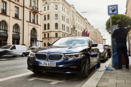 BMW hat seinen Plug-in-Hybriden 225xe Active Van und 530e ein Batterie-Upgrade gegönnt. Die Teilzeitstromer profitieren von Verbesserungen in der Batteriezellen-Technologie. Diese sorgt in beiden Fällen für eine höhere Kapazität. Beim 5er wächst diese von 9,2 auf 12,0 kWh, bei 2er-Van von 7,7 auf 10,0 kWh. Die elektrischen Reichweiten steigen auf jeweils rund 50 Kilometer.