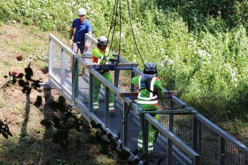 Brücke über den Rickenbach wird die Begehbarkeit des Wanderweges sichern. wam