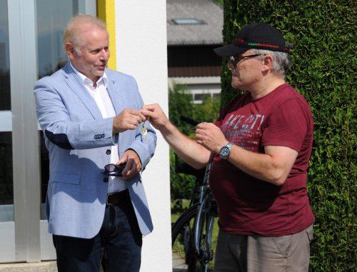 Bürgermeister Ernst Blum überreicht Wolfgang Weiß die Schlüssel zum runderneuerten Fußacher Postamt. AJK