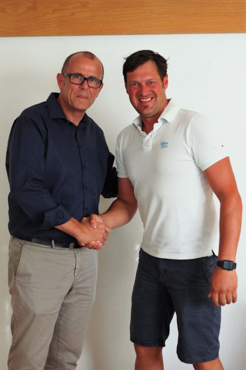 Bürgermeister Walter Gohm gratuliert dem neuen Ortsvorsteher Pierre Egger. Gemeinde