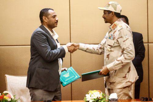 Das Demokratie-Abkommen haben der Anführer der Proteste, Ahmed Rabie, und General Mohamed Hamdan Daglo unterzeichnet.afp