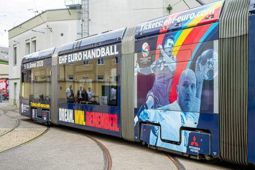 Das Konterfei von Nikolas Bilyk und dem Bregenzer Robert Weber ziert die eigens für die EURO 2020 gebrandete Straßenbahn in Graz.ÖHB